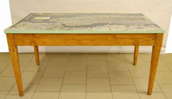 Tavolo, sec. XX, in abete, piano decorato con piantina di New York, due cassetti laterali, cm 155x79x78