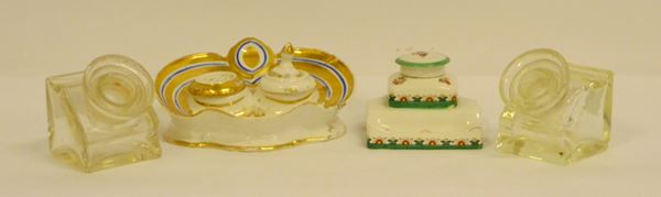 Quattro calamai, sec. XX, due in vetro e due in ceramica decorata (4)