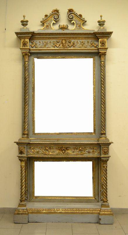 Console, inizi sec. XX, in  legno laccato e dorato, colonne tornite, sovrastante il piano specchiera rettangolare entro cornice dorata, cm 124x40x275, difetti e mancanze