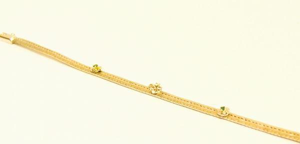 Bracciale in oro bianco con tre corolle decorate a pietre preziose, g 14,20