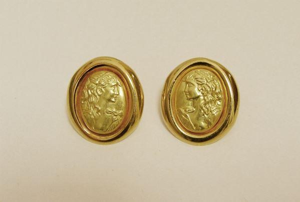 Paio di orecchini in oro giallo, con decorazione a busti femminili, g 7,4