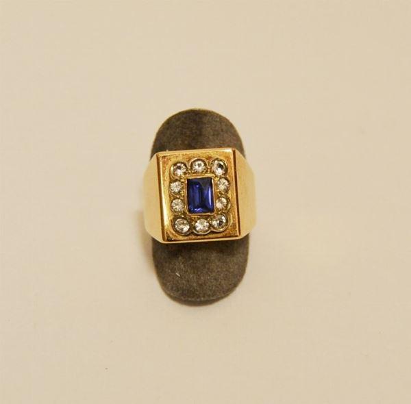Anello in oro giallo con pietra blu e zaffiri bianchi, g 10,8