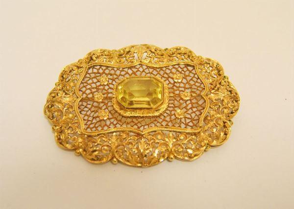 Spilla in oro traforato e inciso, con topazio centrale, g 21