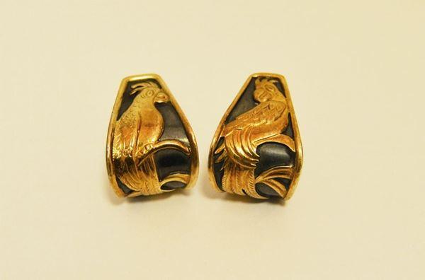 Paio di orecchini in argento e oro, decorati a pappagalli, g 16,5