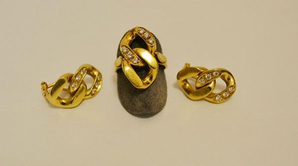Paio di orecchini in oro giallo e brillanti e anello en suite, tot. g 28,9 (2)