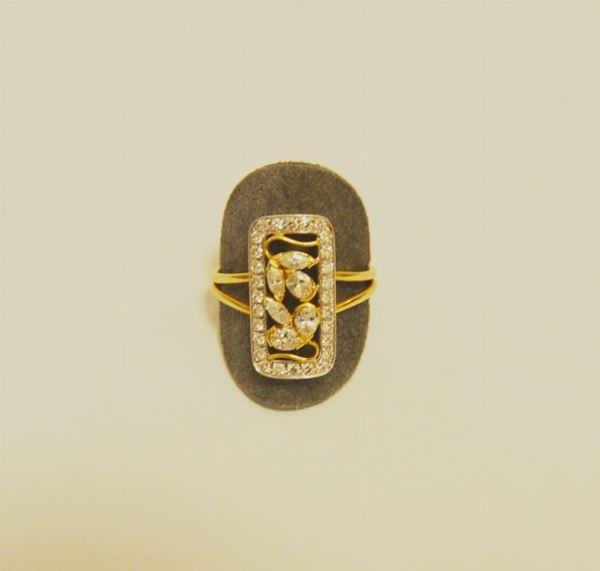 Anello in oro giallo decorato da uno scudo impreziosito da brillanti g 6