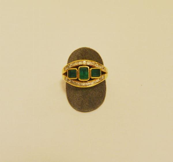 Anello in oro giallo con tre smeraldi e due file di diamanti taglio a gradini g 10,9