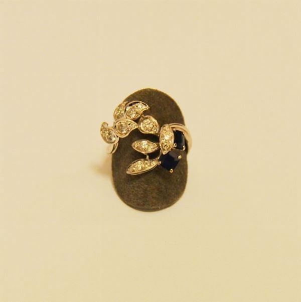 Anello in oro bianco a forma di foglie decorate a brillanti e due zaffiri g  6,8