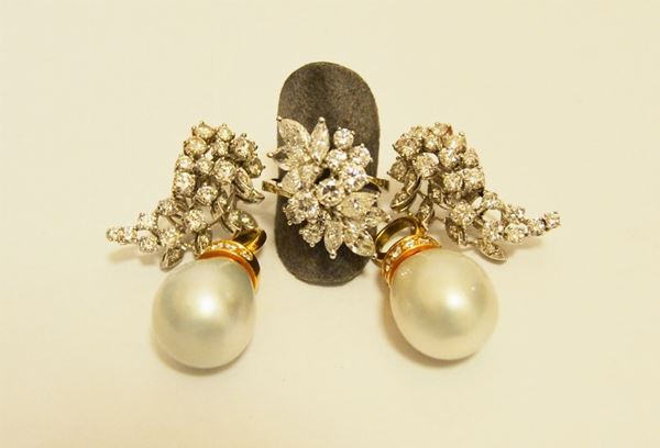 Paio di orecchini in oro bianco con cinquantotto brillanti a forma di ramage e anello en suite con nove brillanti e otto diamanti taglio marquise, oltre due pendenti in oro giallo con perle e brillanti  (4)