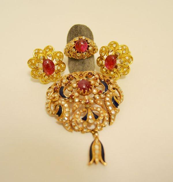 Paio di orecchini in oro giallo con rubino cabochon e brillanti, anello en suite e spilla in oro giallo con rubino cabochon, diamanti, rubini e smeraldi, tot. g 48,3 (3)