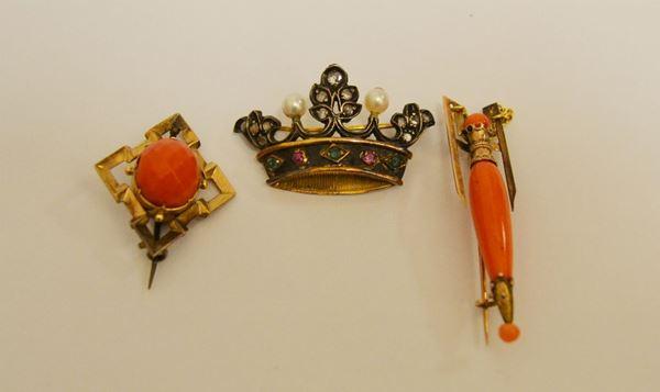 Tre spille in oro a  basso titolo con coralli,rose di diamante e perle g 14
