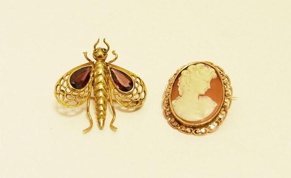 Spilla cammeo, con montatura in oro giallo e altra spilla in oro giallo e pietre a forma di mosca (2)