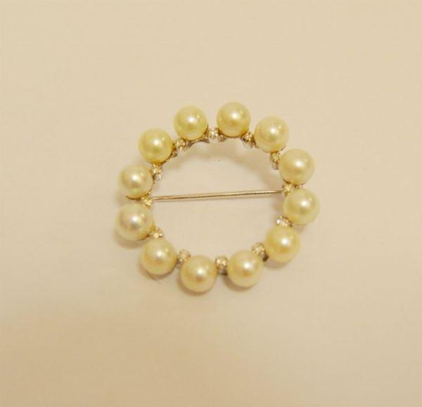 Spilla in oro bianco a cerchio con 12 perle e brillantini
