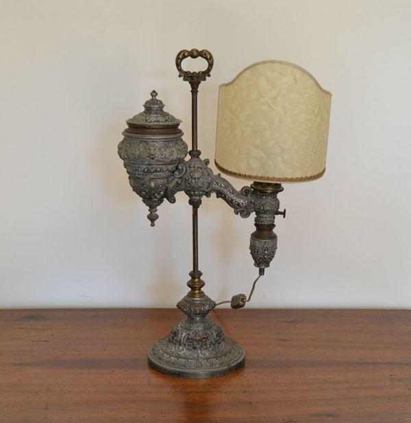 Lume da tavolo, sec. XX, in metallo lavorato, con paralume