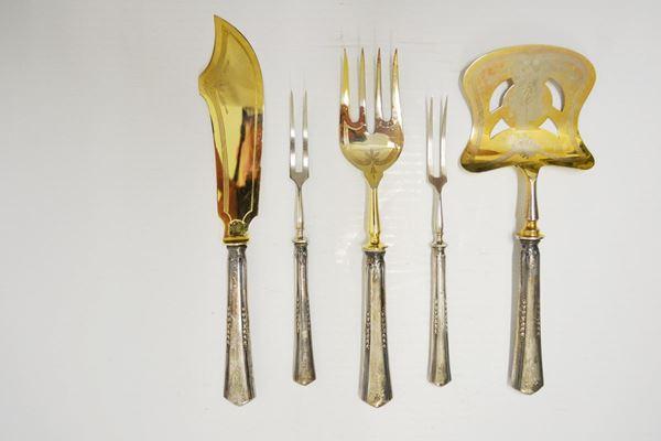 Cinque posate da portata  con manici in argento, entro astuccio (5)