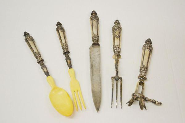 Set di cinque posate da portata, con manici in argento sbalzato a volute,