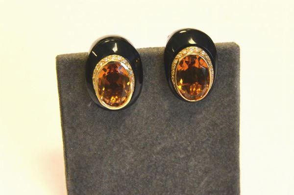 Paio di orecchini in oro, onice , diamanti e quarzi