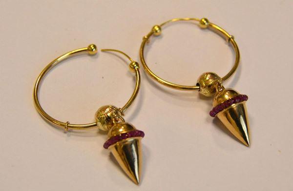 Paio di orecchini in oro giallo titolo 375 e rubini