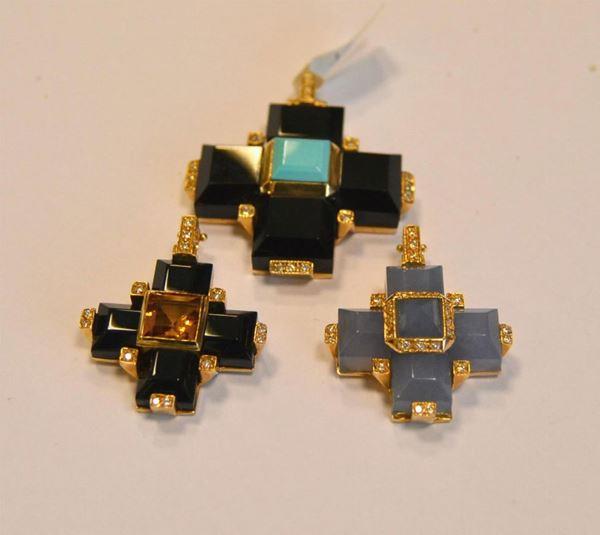 Tre pendenti in oro giallo, diamanti , onice, turchese e calcedonio