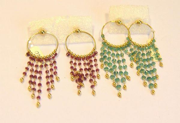 Due paia di orecchini in oro giallo,rubini e smeraldi