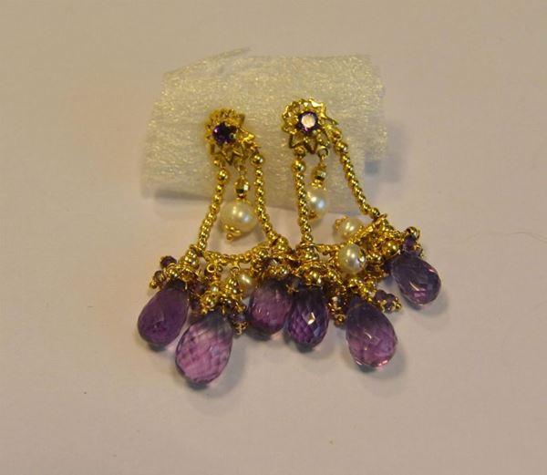 Paio di orecchini in oro giallo, ametiste e perle