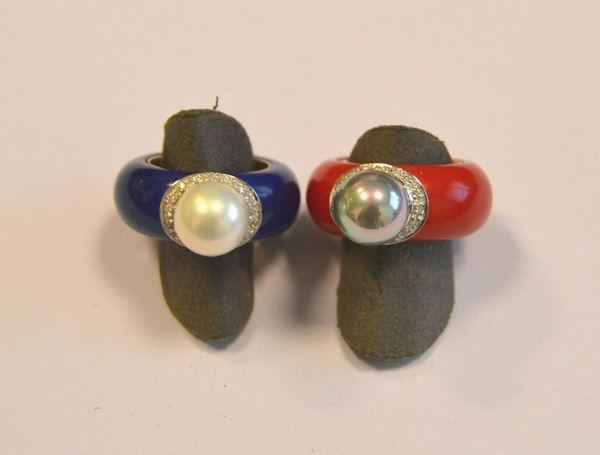 Due anelli in oro giallo , bianco, perle e diamanti