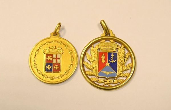 Due medaglie in oro giallo
