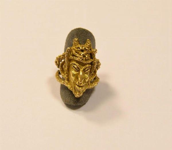 Anello scultura in oro giallo