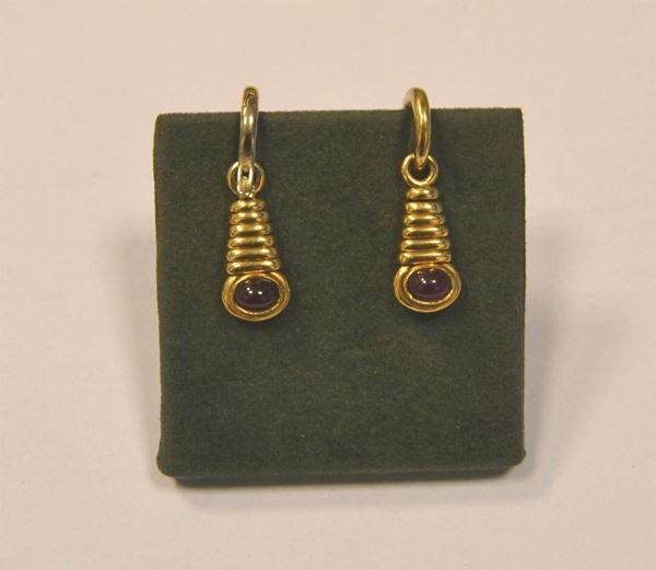 Paio di orecchini pendenti , in oro giallo e rubini