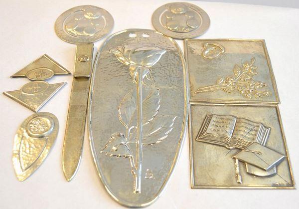 Ventisei piastre in argento 925 sbalzate