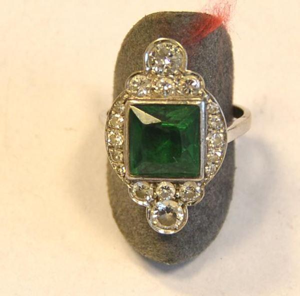 Anello in oro bianco, diamanti e pietre di colore