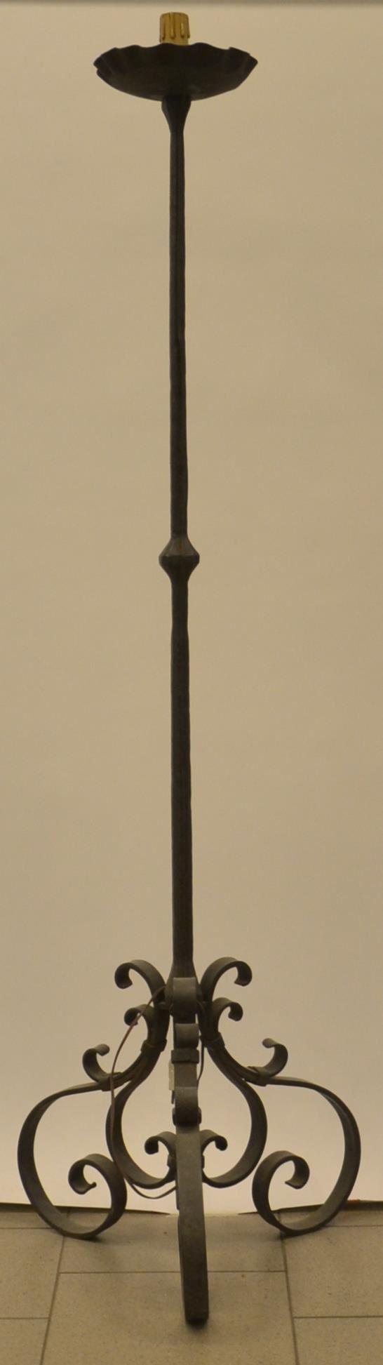 Lume da terra, sec. XX, in ferro battuto,