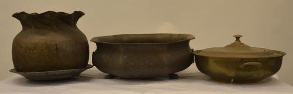 Lotto composto da: fioriera, pentola, vaso e piatto, sec. XX,