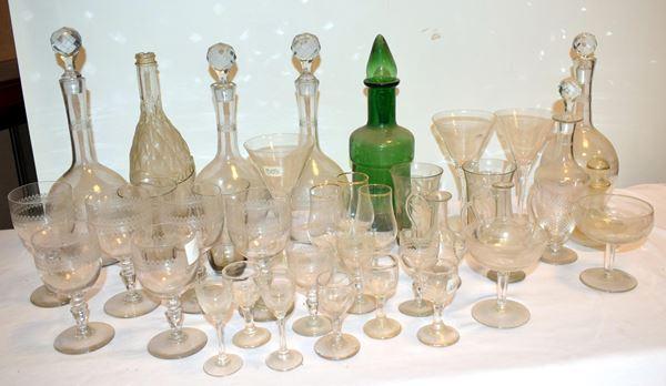 Lotto di dieci bottiglie e circa cento bicchieri