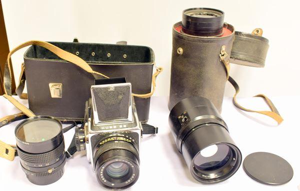 Macchina fotografica e due obiettivi