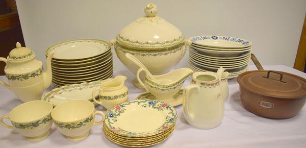 Zuppiera , dodici piatti piani , salsiera e due vaschette