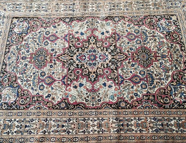 Tappeto persiano, sec. XX, fondo nei toni del beige a motivi floreali, cm