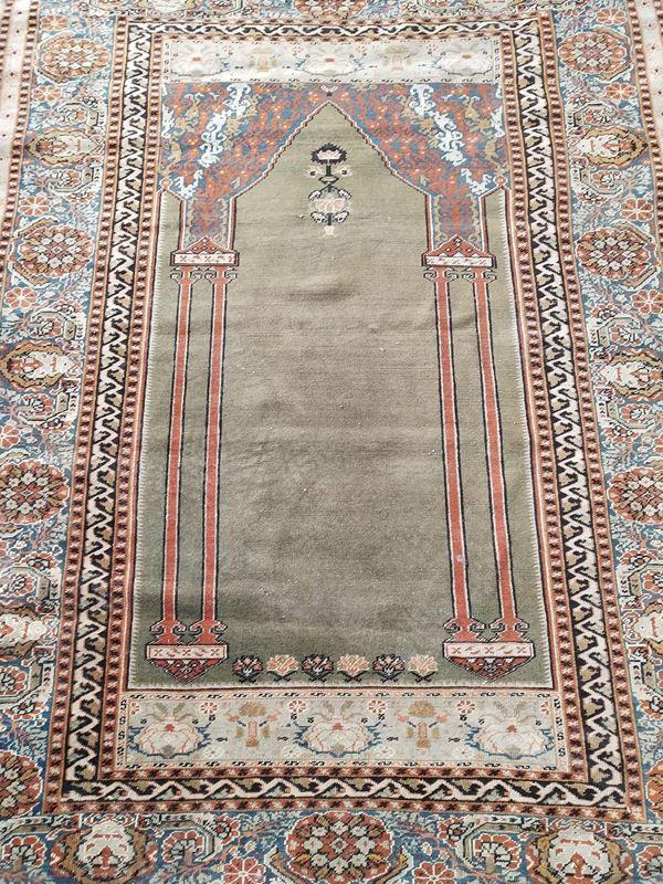 Tappeto preghiera, sec. XX, fondo nei toni del verde, lesene laterali a