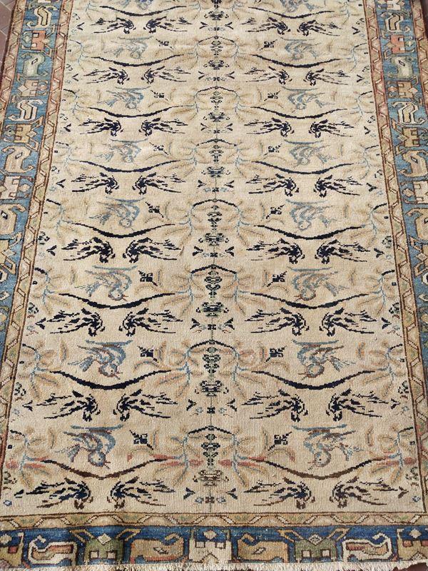 Piccolo tappeto persiano, sec. XX, fondo nei toni del carta zucchero,