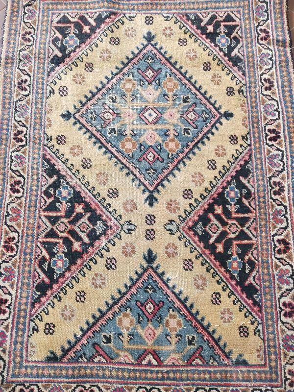Tappeto scendiletto, sec. XX, fondo multicolore a motivi geometrici,cm