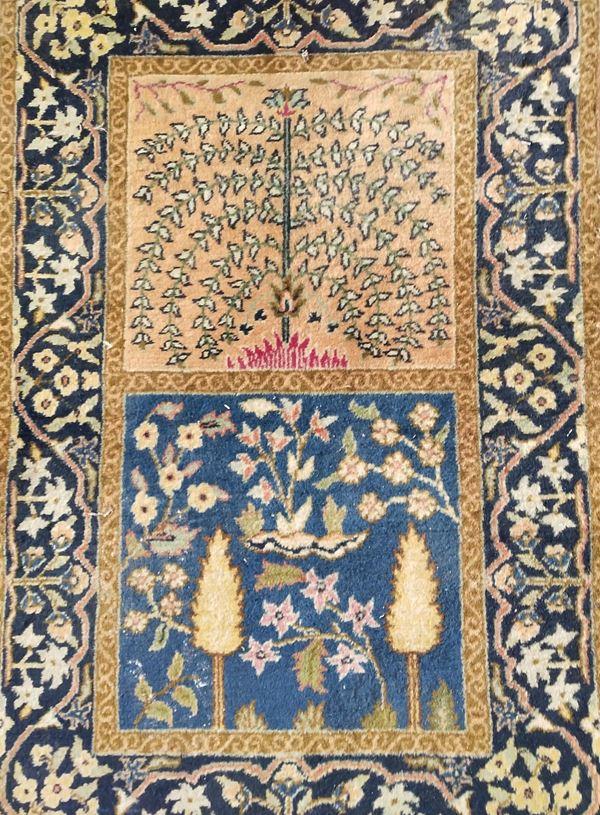 Piccolo tappeto, sec. XX, fondo nei toni dell'azzurro e del marrone, cm