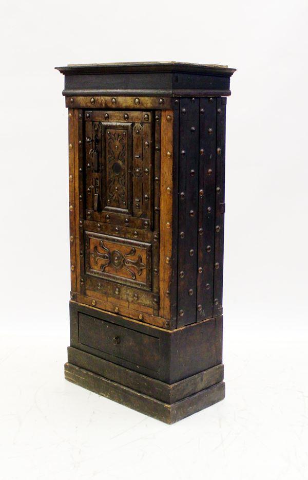 Cassaforte, sec. XIX, in ferro borchiato, base e cimasa in legno, completa