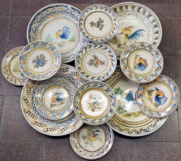 Lotto di tredici piatti da parete , sce. XX
